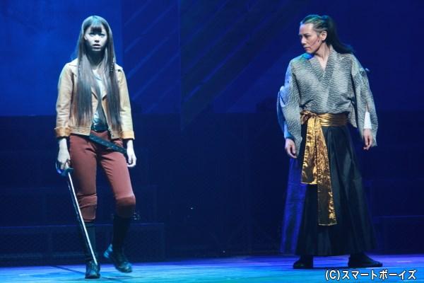 (左から)琴役の馬場ふみかさん、新見錦役の根本正勝さん