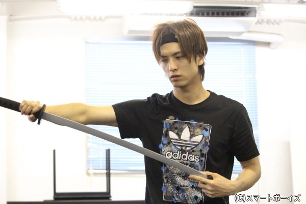 「本格的な殺陣は初めて」と言っていた中村さんですが、刀の扱いも慣れたもの