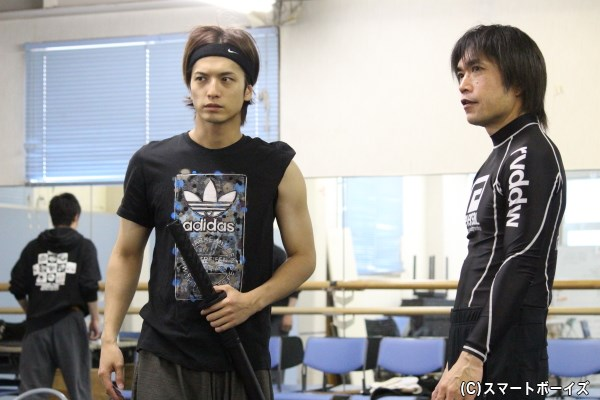 東映の時代劇には欠かせない存在、殺陣師の青木哲也さん(写真右)による熱血指導が続きます