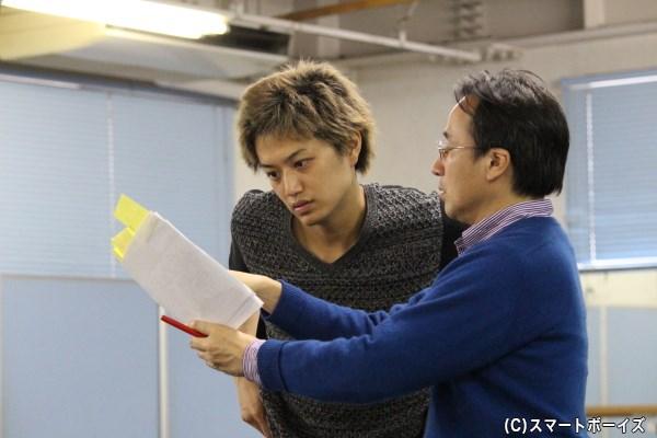 演出の大和田さんと台詞の言い回しについて相談する井上さん