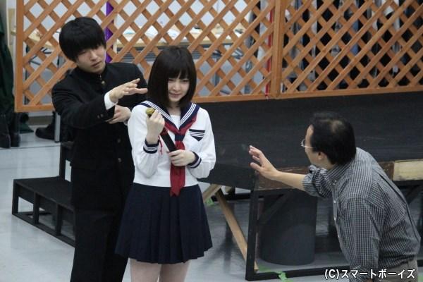 学校で男子学生に刀を奪われるシーンの再現。「後ろから、からかう感じで取ってみて」と演出・大和田悟史氏から指示が――