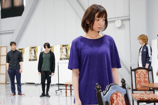 男性陣に囲まれるアリス/アニエスカ役 入来茉里さん