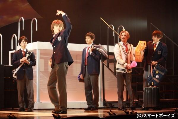 カナヅチの新入部員・原田ダニエル(左から2人目・神永圭佑さん)らと部活に励む