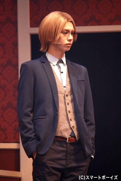 ディミトリに仕え、アリスには優しく紳士に接するレオ(秋元龍太朗さん)