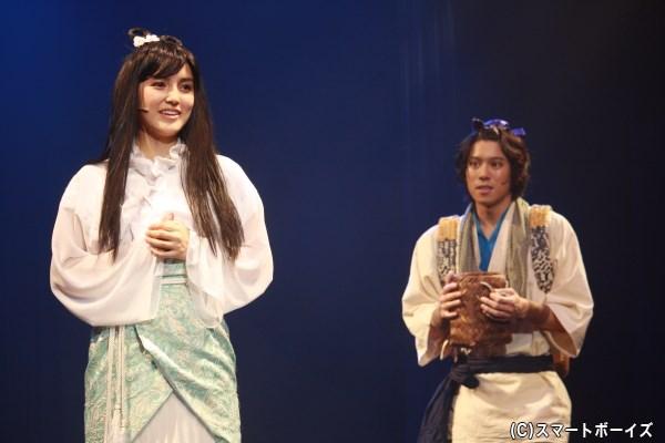 許仙に助けられ、恩返しのために結婚したいと願う白娘(左・山下聖菜さん)