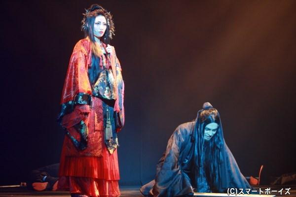 人を憎む胡媚娘(左・秋夢乃さん)は、白娘の義兄・黒風仙(右・伊阪達也さん)を襲う