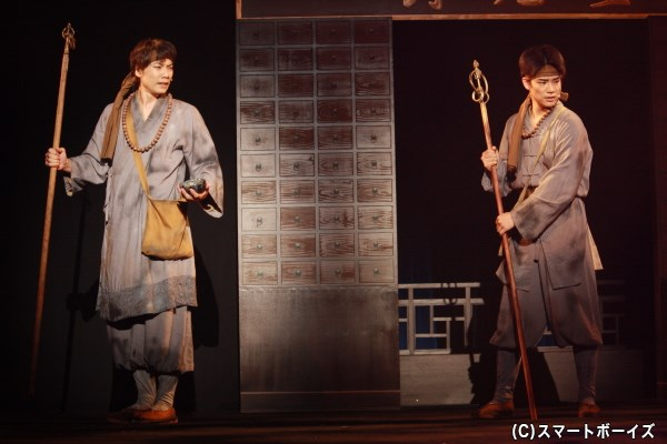 弟子の素道(右・秋沢健太郎さん)とともに、法力で妖を討伐していく法海
