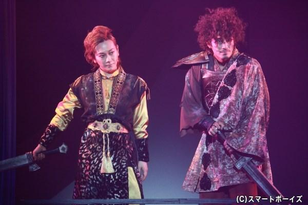 胡媚娘の元で人を襲う、妖の天狼(左・Kimeruさん)と剛双(右・横井寛典さん)