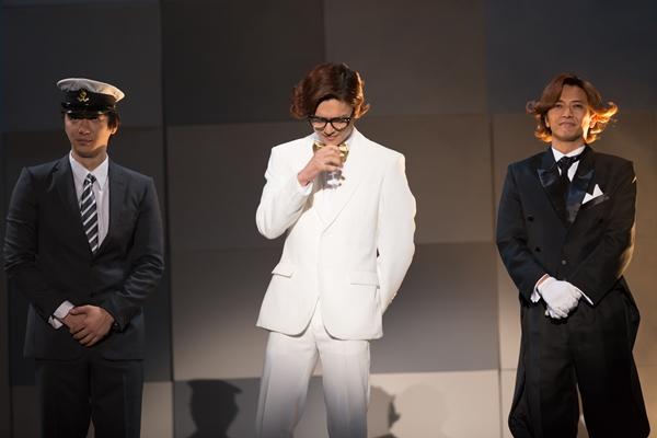 鈴木勤さん演じる御曹 司(中央)と、森本亮治さん演じる太鼓持 大(右)は物語のキーパーソン。莫大な資金を駆使して、奇面組が通う一応高校を……。