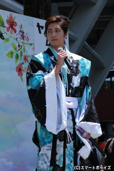 足利義輝役の染谷俊之さんは、本作にて使用する衣装で登場!