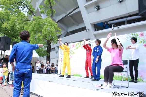 大矢さん考案の「猫ひた体操」を全員で披露するも、途中から水曜MC三上真史さん考案の「ガーデニング体操」の振付をしていることに気づく大矢さん