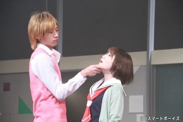 金井さんのセクシーな顎クイにドキドキ!!