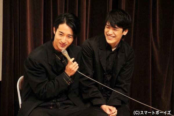 マイクは人数分あるのに、なぜか中村さんのマイクで一緒にしゃべる呂敏さん