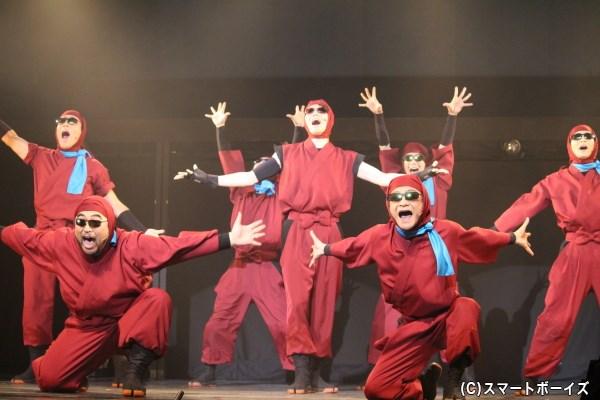 間者養成講座を3日で修了した若き天才・ドクタケ壱百七(写真中央:渡辺崇人さん)を仲間に迎え、勢いに乗るドクタケ忍者隊