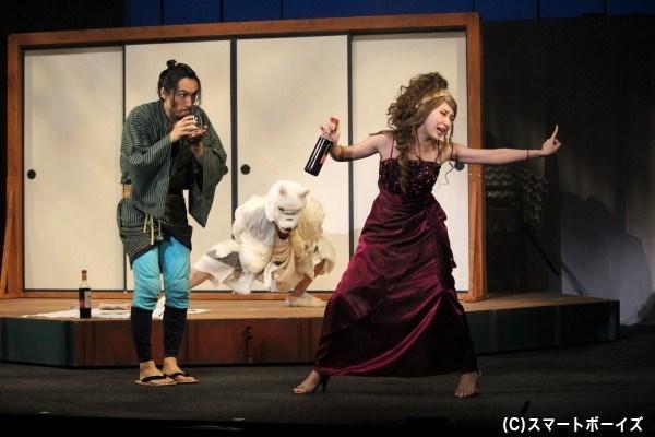 その頃、弥次さんは夢の中で美女と酒盛り。元宝塚歌劇団雪組トップ娘役・愛原実花さんのぶっ飛んだ演技に注目!