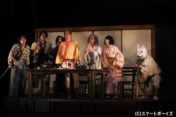 喜多さんのもとに続々と集まる人々。ディープでシュールな晩餐会が始まる