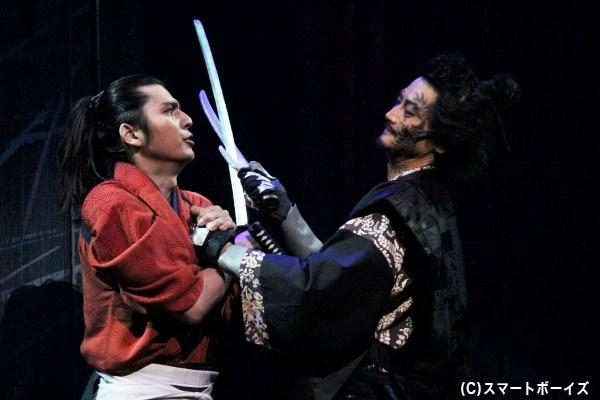 朽木鯉九郎(左/山本匠馬)と磯良(右/武智健二)の手に汗握る一騎打ち!
