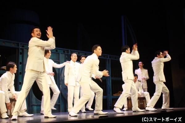 潜水艦の中、時に歌い踊り、時にぶつかりながらも青春の日々をおくる男たち