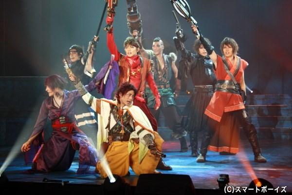 蛍火(前列中央・永田崇人さん)ら雑賀衆は、独自の武器・アーマを携え戦いに挑む