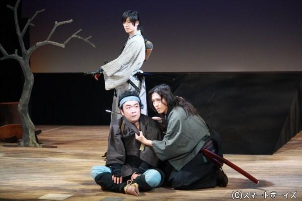 文之進と従兄の天野平九郎(手前右・正木慎也さん)は、伊之助を脅し嘘の情報を伝えさせる