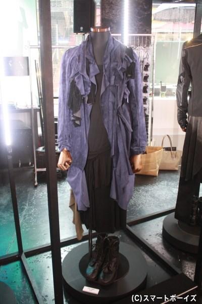 回転する衣装展示では、細かいところまで至近距離で見られます!