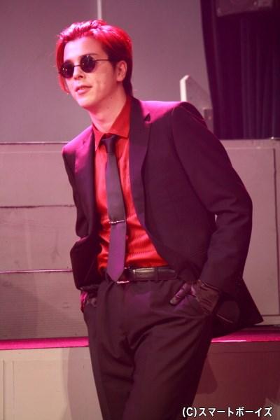 「ジラーフ社」を経営者として率いるビジネスの天才・クーパー(汐崎アイルさん)