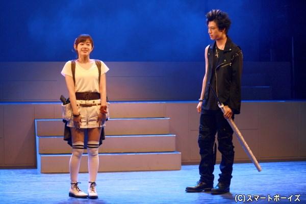 幼少期に揃って拾われた琥珀(左・栞菜さん)と誉は、アイザックを親代わりに生きてきた
