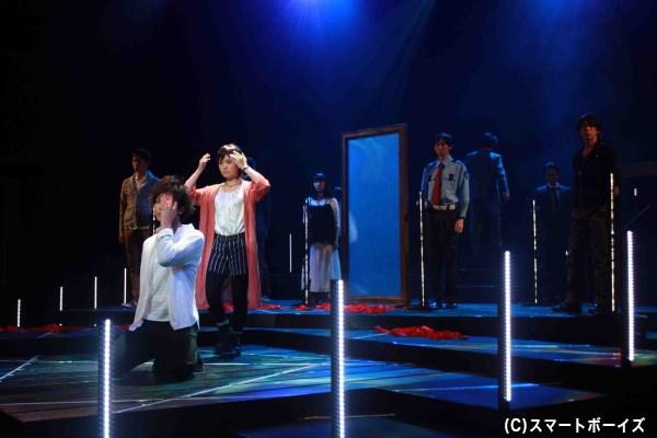客席が囲うステージを舞台に、縦横無尽にキャストが物語が紡いでいく今作