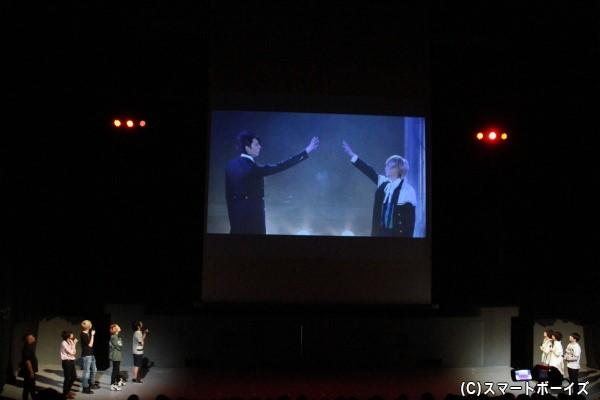 初演のダイジェトを放映。出演者は皆スクリーンに見入っています。