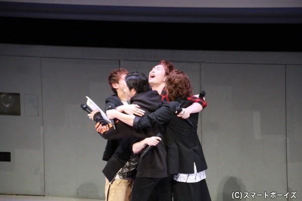 大山さん演じるActの個人曲『Garnet Star』が3位に入り、5人で抱擁!