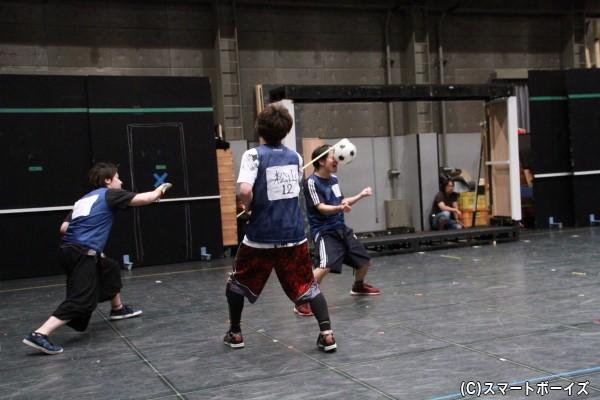 輝山さん演じる石崎了の必殺技「顔面ブロック」が炸裂! このシーンは何故かアナログ!?