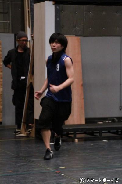 全日本の点取り屋・日向を演じる松井さん。稽古場でも代名詞の腕まくりで熱演!
