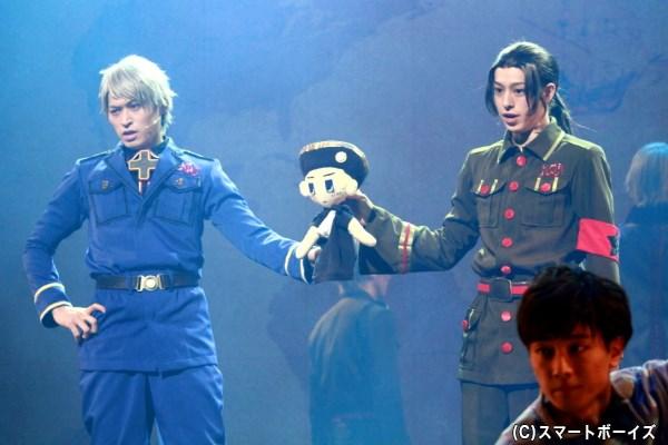 (左から)プロイセン役の高本学さん、中国役の杉江大志さん