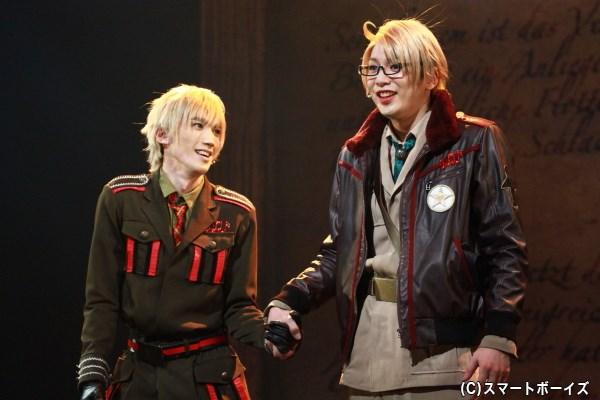 (左から)イギリス役の廣瀬大介さん、アメリカ役の磯貝龍虎さん
