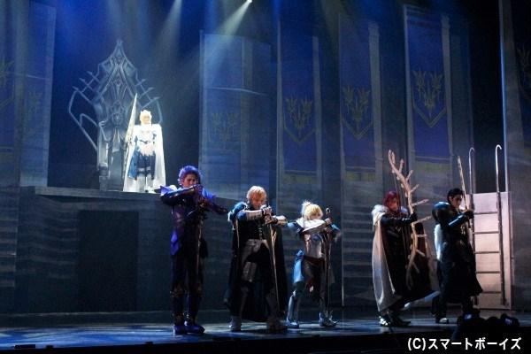 """""""獅子王""""アルトリア・ペンドラゴン(上段・高橋ユウさん)と、円卓の騎士たち(下段左より、小野健斗さん、山口大地さん、甲斐千尋さん、菊田大輔さん、JAYさん)"""