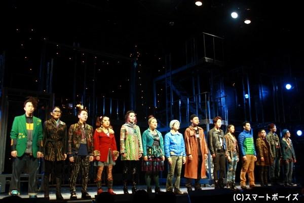 『RENT』を象徴する曲『Seasons of Love』では、ソリスト2名の歌声から2幕が開く
