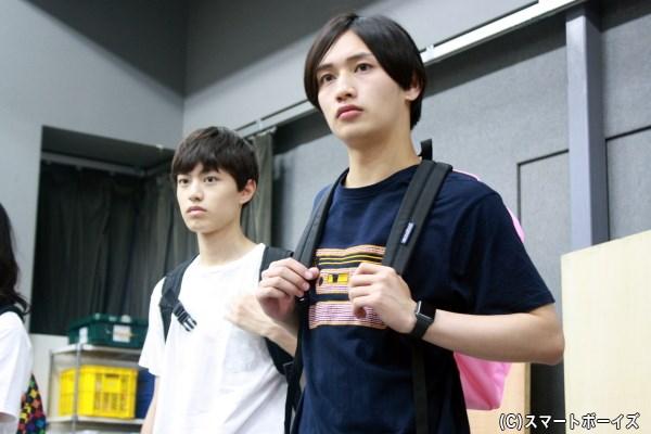 (左から)稽古中の上村海成さん、松本岳さん