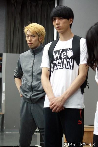 (写真右)城戸丈役の小松準弥さんは、ひときわ真剣な表情で谷さんの演出に聞き入ります