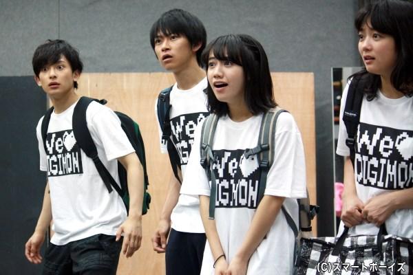 (左から)稽古中の橋本祥平さん、野見山拳太さん、重石邑菜さん、森田涼花さん