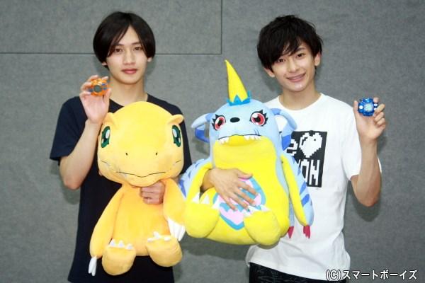 (左から)太一のパートナー・アグモンを抱く松本さんと、ヤマトのパートナーであるガブモンを抱く橋本さん