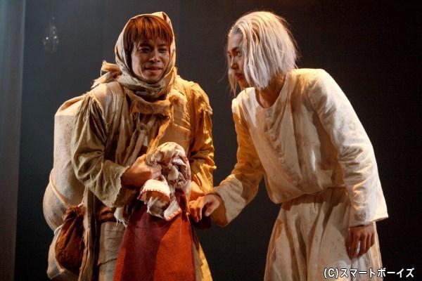 デュルクは追われて逃げる道の中、ドープ(左・塩崎こうせいさん)と出会う