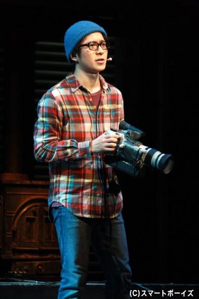 映像作家志望のマーク(村井良大さん)は、カメラを回し仲間たちの姿を追う