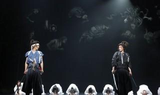 前回公演の舞台写真(左から)溝端淳平さん、藤原竜也さん (c)ホリプロ