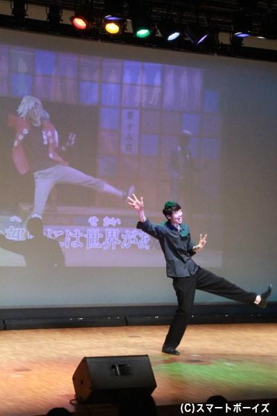 カラオケ生披露では、舞台映像付の本人映像が流れるということで、田中さんに生再現も!