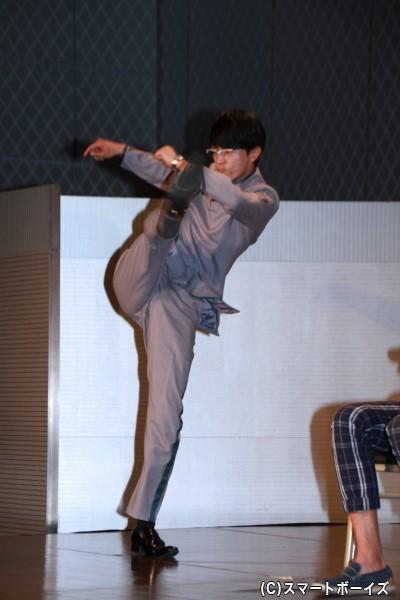 仮面ライダーカブトが好きだった越智さん。回し蹴りのライダーキックを披露!