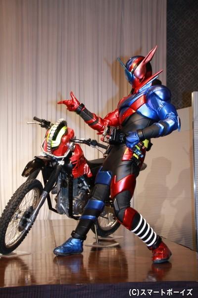 謎の怪人・スマッシュと戦う仮面ライダービルド