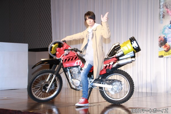 バイクにまたがり決めポーズ!