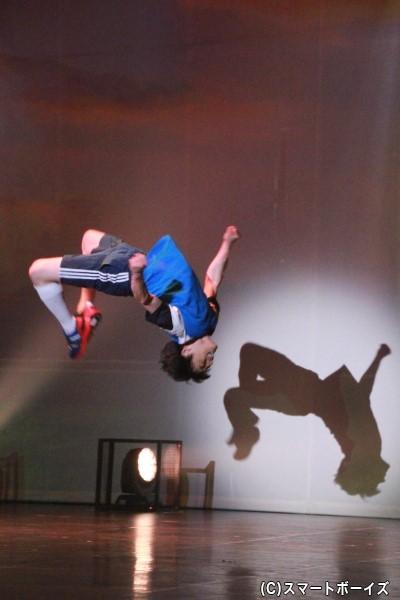 元木さん演じる翼のオーバーへッドキック。ワイヤーなどを使わず自らの身体能力で表現