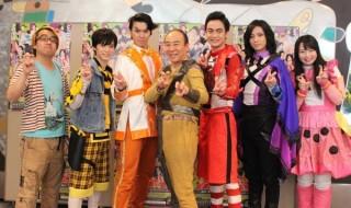 (写真左より)脚本・演出のモラルさん、百瀬朔さん、伊勢大貴さん、モト冬樹さん、海老澤健次さん、斉藤秀翼さん、須藤茉麻さん