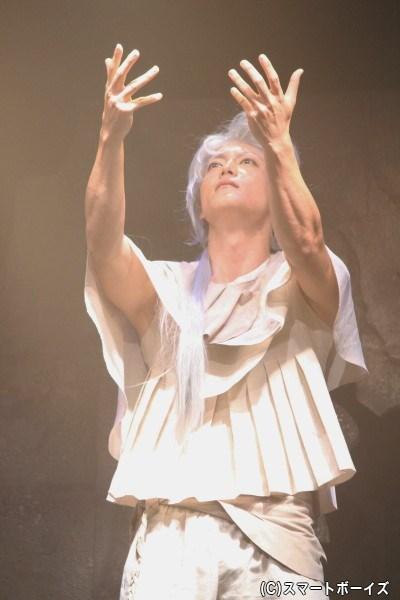 髪も衣装も全身白。ライトに浮かび上がる姿には神々しさすら感じました